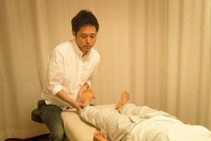 「足首の施術」 土台となる左足首の施術。足から頭までを繋げていきます。